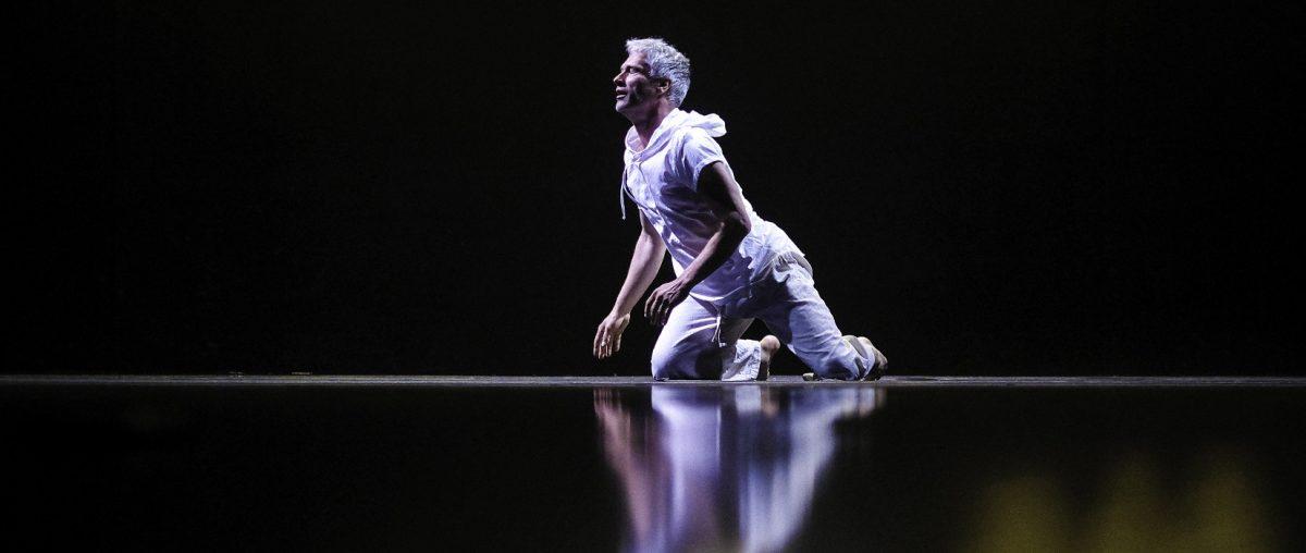 Andreas beim 5 Rhythmen-Tanz, kniend am Boden
