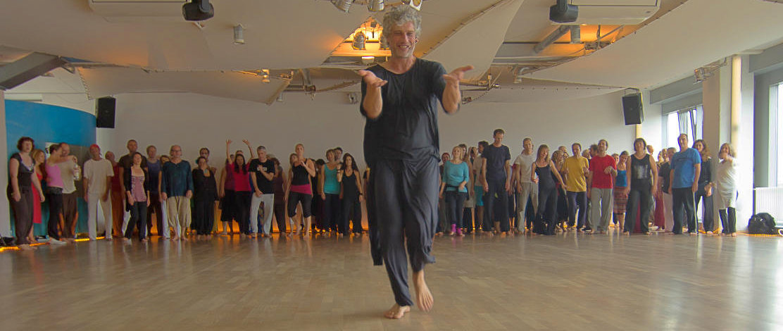 "Andreas vor Tanzgruppe beim ""Sunday-Morning-Prayer-Waves"""
