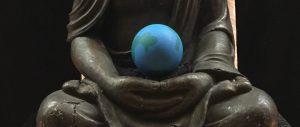 Erdglobus in Buddhas Schoss